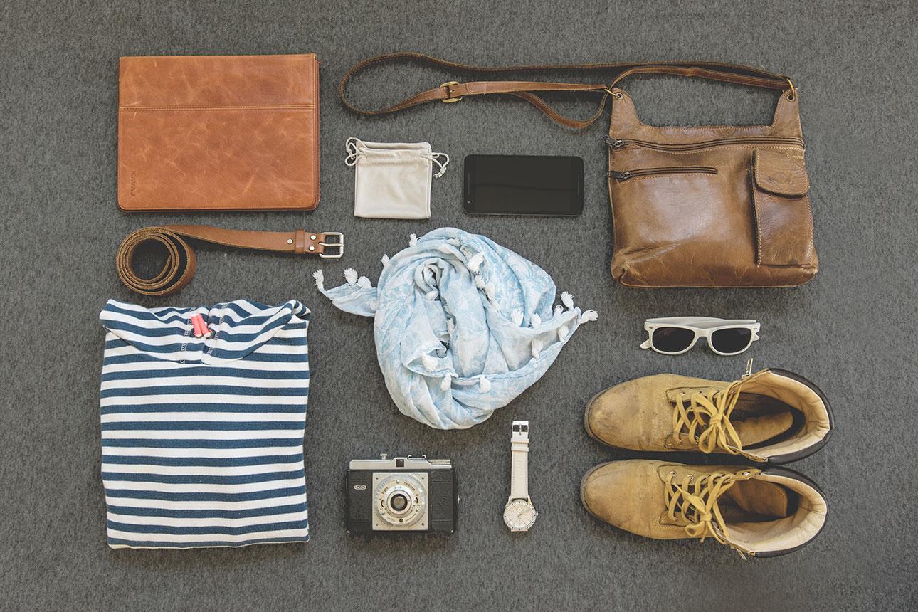 バッグや靴や小物が置いてある画像