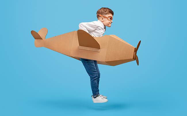 少年が飛ぼうとしてる画像